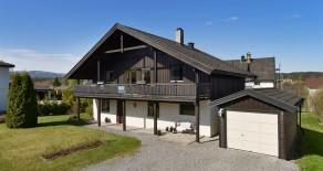Åmot: Særdeles barnevennlig beliggende og tilbaketrukket familiebolig over 2 plan*Garasje*Hage*Terrasse*Nær Åmot sentrum