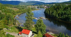 Lardal-Svarstad-Brufoss: Idyllisk småbruk m/ 300 meters vannlinje til Numedalslågen*Tomt på 83,5 mål*Rett til laksefiske