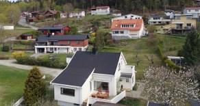 Krokstadelva – Tilbaketrukket beliggende enebolig i blindvei – Idyllisk hage – Solrik terrasse – Utsikt – Barnevennlig