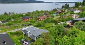 Øgarden hyttefelt/Sande- Velholdt, sjarmerende hytte m/båtplass – Stor, solrik terrasse – Fjordutsikt – Unik sommeridyll
