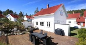 Risør/Øysang Brygge – Moderne fritidsbolig med nydelig utsikt over Hødnebøkilen – 4 sov – Båtplass – 50 meter til sjøen!