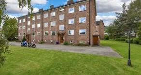 Strømsø – Lys 3-roms topp/endeleilighet med stort potensial, solrik balkong, garasje og varmtvann inkludert – Sentralt!