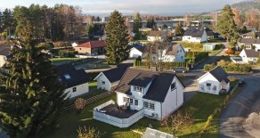 Steinberg – Koselig enebolig m/garasje på solrik tomt m/idyllisk hage, stor terrasse og drivhus i barnevennlig miljø.