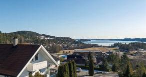 Selvikåsen – Innholdsrik enebolig m/vakker utsikt over Sandebukta – Sol fra morgen til kveld – Dobbelgarasje – 5 soverom