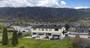 Solbergelva – Koselig rekkehus med idyllisk hage i blindvei. Sol fra morgen til kveld – Garasje – 3 sov, 2 stuer, 2 bad!
