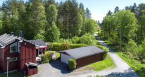 Konnerud – Meget koselig kjedet enebolig med grense til friområde. Solrik tomt med hage, romslig terrasse og garasje.