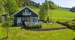 Gjerdal – Betydelig påkostet fritidsbolig m/anneks, nydelige sol- og utsiktsforhold. Tilgang til båtfeste og badestrand!