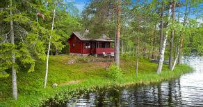 Lauvtjern/Hokksund – Sjarmerende tømmerhytte m/båtfeste i maleriske omgivelser rett ved et vann. P-plass og helårsvei.