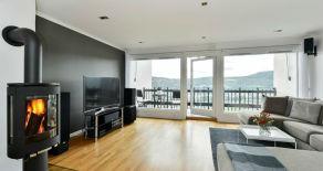 Åssiden – Lekkert og innholdsrikt rekkehus over tre plan med garasje, fantastisk utsikt og gode solforhold.