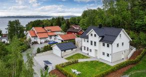 Vollen – Praktvilla fra 2011 – Hybel m/leieinntekter på 14 000,- pr. mnd – Solrik terrasse m/fjordutsikt – Dobbelgarasje