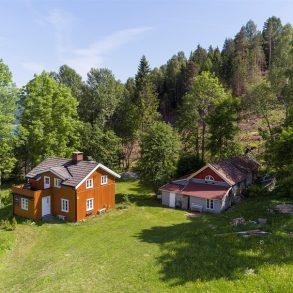 Øverskogen – Sjarmerende, usjenert fritidseiendom på 2 mål, med praktfull utsikt og herlige solforhold. Ingen boplikt!