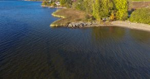 Gjerdal – Hytte med en herlig eiet strandlinje på ca. 1400 kvm med sandstrand. Andel av enda en strandlinje. Hytten har nydelig fjordutsikt. Hytten er et oppussingsobjekt med stort potensial.