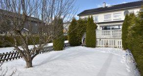 Åssiden – Modernisert og innholdsrikt SELVEIER rekkehus over 3 plan med solrik terrasse, skjermet hage, garasje og barnevennlig, rolig og sentral beliggenhet. Underetasje med stort potensial!