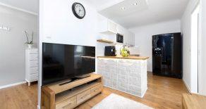 Fjell/Drammen – Moderne og lys 2-roms leilighet med høy standard, heis, solfylt balkong og nydelig utsyn mot skogkledde åser. Parkeringsmuligheter. A-konto strøm, varmtvann, fyring, tv og internett er inkludert i felleskostnadene