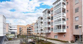Bragernes Sentrum/Drammen – Koselig 2(3)-roms leilighet beliggende i populært borettslaget. Heis/trappefri adkomst. Solrik innglasset balkong vendt mot bakgård. Garasje. 2 soverom/gjesterom. Sentral beliggenhet med gangavstand til Torget Vest/sentrum.