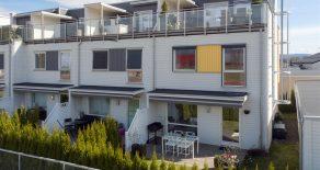 Strømsgodset Hageby/Gulskogen/Drammen – Nyere og påkostet townhouseinspirert enderekkehus med carport. 2 takterrasser der en takterrasse er vestvendt. Egen hagedel med markterrasse. Flott utsikt. Gode solforhold. Gangavstand til tog og Gulskogen senter