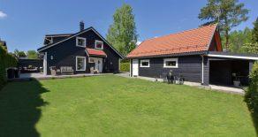 Konnerud/Drammen – Tiltalende halvdel av vertikaldelt tomannsbolig med solrik, usjenert hage, markterrasse og dobbelgarasje med innredet loft. Boligen ligger innerst i rolig blindvei og har 3 soverom og 2 stuer. Meget barnevennlig og sentral beliggenhet.