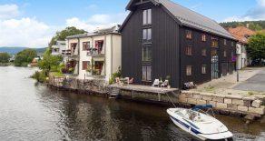 Bragernes sentralt- Byggeprosjekt i en potensiell eksklusiv selveierleilighet over 4 plan i en av Drammens få bevarte sjøboder. Leiligheten byr på egen båtbrygge, integrert garasje og flere franske balkonger. Leiligheten kan bygges med takterrasse og heis