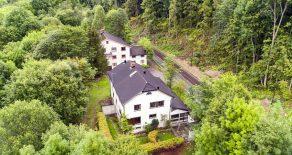 Sylling/Lier – Eiendom på 62 mål bestående av en stor enebolig over 3 plan + loft og et stort lagerbygg med to 3-roms leiligheter på toppen. Flere garasjer. Renoveringsobjekt med enormt potensial.