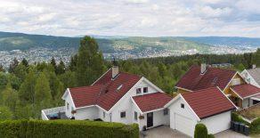 Konnerud/Drammen – Innholdsrik enebolig over 2 plan i rolig blindvei, med fantastisk utsikt fra solrik terrasse. Boligen har egen garasje med loft, 4 soverom/gjesterom og 2 stuer. Privat hagedel. Barnevennlig.