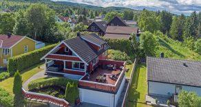 Åsen i Mjøndalen/Nedre Eiker- Svært tiltalende og familievennlig enebolig over 3 plan m/utleiedel med potensielle leieinntekter på kr 8 000,- pr. mnd. Eneboligen har 5 soverom, 3 stuer og 4 bad/vaskerom, 58 m2 garasje, hage, utsikt og solrik terrasse!
