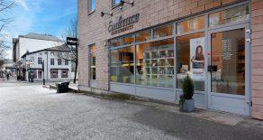 Bragernes Sentrum – Moderne, lyst næringslokale vis a vis Torget Vest med sjeldent flott beliggenhet og eksponering. Lokalet er i dag innredet som skjønnhetssalong men kan også benyttes som butikk eller kontor. Årlige leieinntekter på kr 264 000,-!