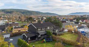 Hokksund/Øvre Eiker – Halvdel av vertikaldelt tomannsbolig over 3 plan med solrik terrasse og utgang til egen hage. Boligen har egen garasje, 3 bad, 2 stuer, 4 sov og egen eiet tomt. Tidligere godkjent å bygge en dobbelgarasje med en leilighet på toppen.