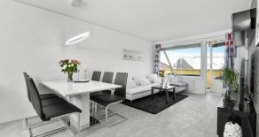 Hokksund Sentrum/Øvre Eiker – Lekker 2-roms SELVEIER/toppleilighet med kjøkken fra 2016, balkong, heis og lave felleskostnader. Beliggende midt i Hokksund sentrum. Gangavstand til togstasjon!