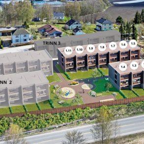 Lierbyen – 11 av 11 solgt i Trinn 1. Byggingen er i gang! Helt nye, vedlikeholdsvennlige boliger i rekke. 3/4 sov, 2 stuer, 2 bad/vaskerom, 2 solrike balkonger, hage og carport med plass til 2 biler. Kort avstand til barnehager, skoler, togstasjon og E-18