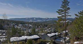 Konnerud/Drammen – Lys og tiltalende halvdel av tomannsbolig over 2 plan med stor terrasse, hage, fantastisk utsikt, gode solforhold, garasjeplass og nærhet til marka. Boligen har bla. 4 soverom, bad/wc/vaskerom og peis. Barnevennlig og rolig område.