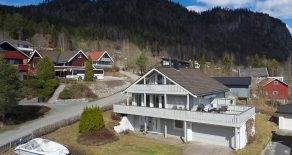 Sylling/Lier- Stor og innholdsrik familiebolig/enebolig over 3 plan med dobbeltgarasje, solrik terrasse med flott utsikt, hage og meget barnevennlig beliggenhet. Boligen har bla. 4 (5) soverom og 3 stuer. Gode parkeringsmuligheter!