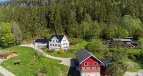 SOLGT Sylling/Lier – Velkommen til Øvre Bakkerud beliggende på solsiden! Idyllisk eiendom med småbruksfølelse, Bra 573 kvm og eiet tomt på 3143 kvm. Stor enebolig over 2 plan, låve med dobbelgarasje, solrik hage og fantastisk utsikt fra flotte uteplasser!