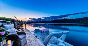 Svelvik Sentrum – Lyst til å ha sjøen som nærmeste nabo eller fiske fra din private brygge? Lys og lekker 3-roms på bryggekanten med flere solrike uterom, panoramautsikt, egen brygge og garasje. Sentral beliggenhet med nærhet til det meste. Ingen boplikt