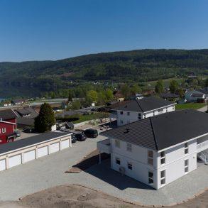 Sylling/Lier/Nær Drammen – 8 av 8 leiligheter er solgt! Nye og moderne 4-roms selveierleiligheter med garasje i rekke, terrasse med nydelig fjordutsikt og solrik beliggenhet. Gangavstand til skole, badestrand og sentrum! God lagringsplass i 3 boder + loft