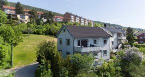 SOLGT Åssiden/Drammen- Halvdel av tomannsbolig over 1 plan med tilgang til loft og kjeller. Boligen har idyllisk felles hage, terrasse med sol fra morgen til kveld og flott utsikt. Parkering på felles gårdsplass. 3 soverom. Sentral og tilbaketrukket beliggenhet