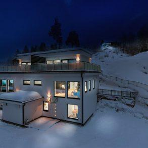 Nesbygda/Svelvik/Nær Drammen – 4 av 4 boliger er solgt. Nye og moderne vertikaldelte tomannsboliger over 3 plan med flott takterrasse og panorama utsikt over fjorden. Beliggende nær skog, fjord og by!