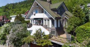 Toppenhaug/Sommerfrydveien – Arkitekttegnet praktvilla bygget i 2001 med garasje, flere solrike uteplasser, terrasser og balkong. Fantastisk panoramautsikt over elvebyen. Gangavstand til Bragernes Torg, togstasjon og marka!