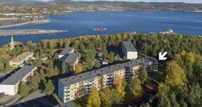 Sankt Hansberget/Drammen – Luftig og meget tiltalende 3-roms andelsleilighet med god standard, fin utsikt, innglasset, sydvendt balkong og p-plass.