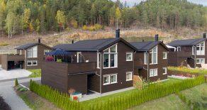 Harakollen/Hokksund – Bo med flotte sol- og utsiktsforhold, i en moderne kjedet enebolig fra 2016, med sydvestvendt terrasse og carport.
