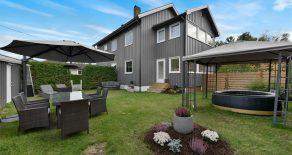 Krokstadelva Sentralt/Nedre Eiker – Påkostet halvdel av tomannsbolig over 2 plan med innglasset veranda, koselig hage, garasje og gode parkeringsmuligheter