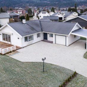Steinberg/Nedre Eiker – Svært lekker og betydelig påkostet enebolig over 1 plan – Carport – Integrert garasje – Solrik terrasse – Lettstelt hage!