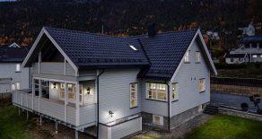 Solbergelva Sentralt/Nedre Eiker Pen familiebolig over 3 plan med garasje – 1 måls utsiktstomt – Solrik terrasse på 55 kvm – Gangavstand til skoler!