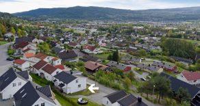 Krokstadelva Sentralt/Nedre Eiker – Koselig enebolig over to plan med 4 soverom og 2 stuer. Flott uteområde med utsikt!