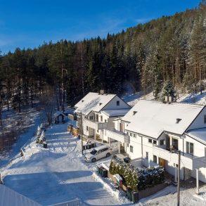 Stenseth/Krokstadelva/Nedre Eiker – Vertikaldelt tomannsbolig over 3 plan. Integrert garasje. 2 terrasser. Solrikt. Utsikt. 5 soverom. Grenser mot marka.