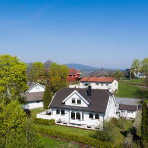 Vestfossen/Øvre Eiker – Familievennlig enebolig over 3 plan- Innredet underetasje – Romslig gårdsplass – Koselig hage – Terrasse – Barnevennlig!