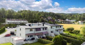 Mjøndalen/Nedre Eiker – Lekkert, familievennlig rekkehus over 3 plan – Nyere bad/kjk – 2 bad – 2 stuer – Stor terrasse – Hage – Solrikt – Rolig!