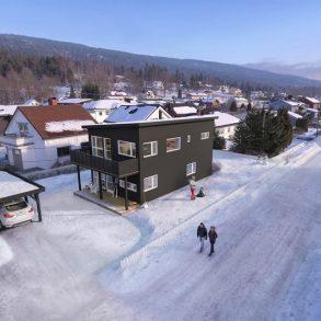 Solbergelva/Nedre Eiker – Lekker prosjektert enebolig med carport ferdig i 2019 – 2 bad + vaskerom – 2 stuer – 3 soverom – Førstemann til mølla!