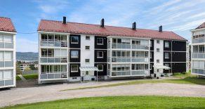 Austad/Fjell/Drammen – Pen gjennomgående 3-roms selveier med innglasset balkong – P-plass – Tilnærmet trappefri adkomst – Ypperlig utleieobjekt