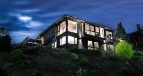 Austad Skog/Drammen – Påkostet prisbelønnet arkitekttegnet praktvilla med dobbel garasje – Fantastisk utsikt fra herlige terrasser – Solrikt!
