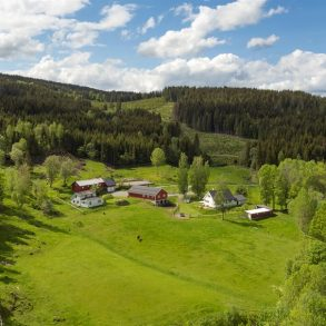 Sjåstad/Lier Småbruk med våningshus, kårbolig, driftsbygning/stall, garasjer, låve og ridebane – Solrikt – Ca. 33 dekar – Hestehold!
